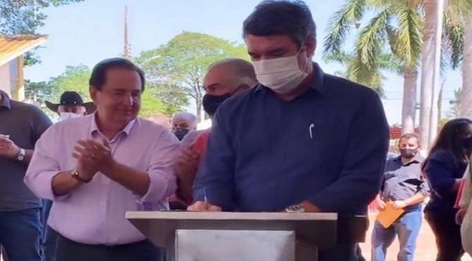 foto do governador Reinaldo Azambuja, o secretário estadual de Infraestrutura, Eduardo Riedel e o prefeito de Itaporã, Marcos Pacco.
